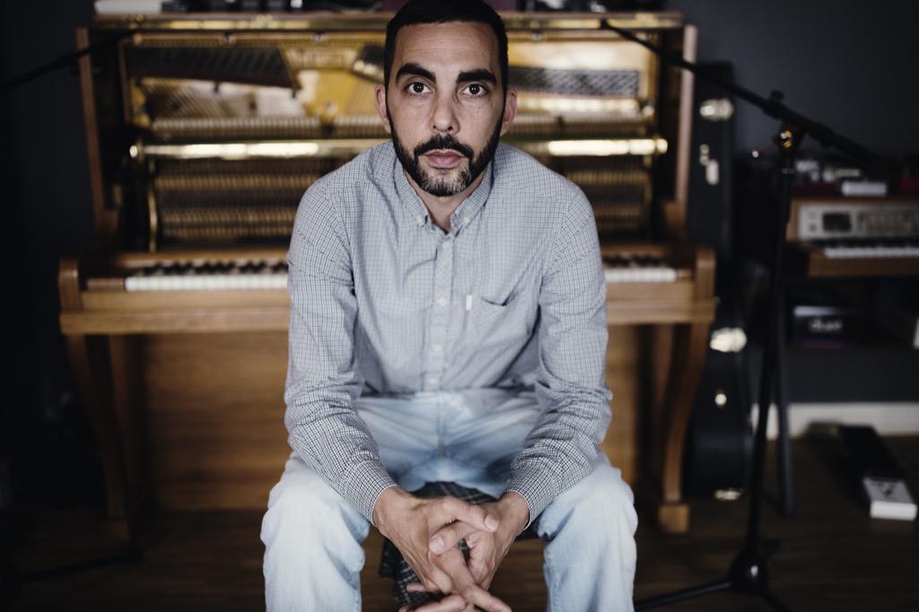 Ben vor seinem oft eingesetzten Klavier - Foto: Hannes Bieger