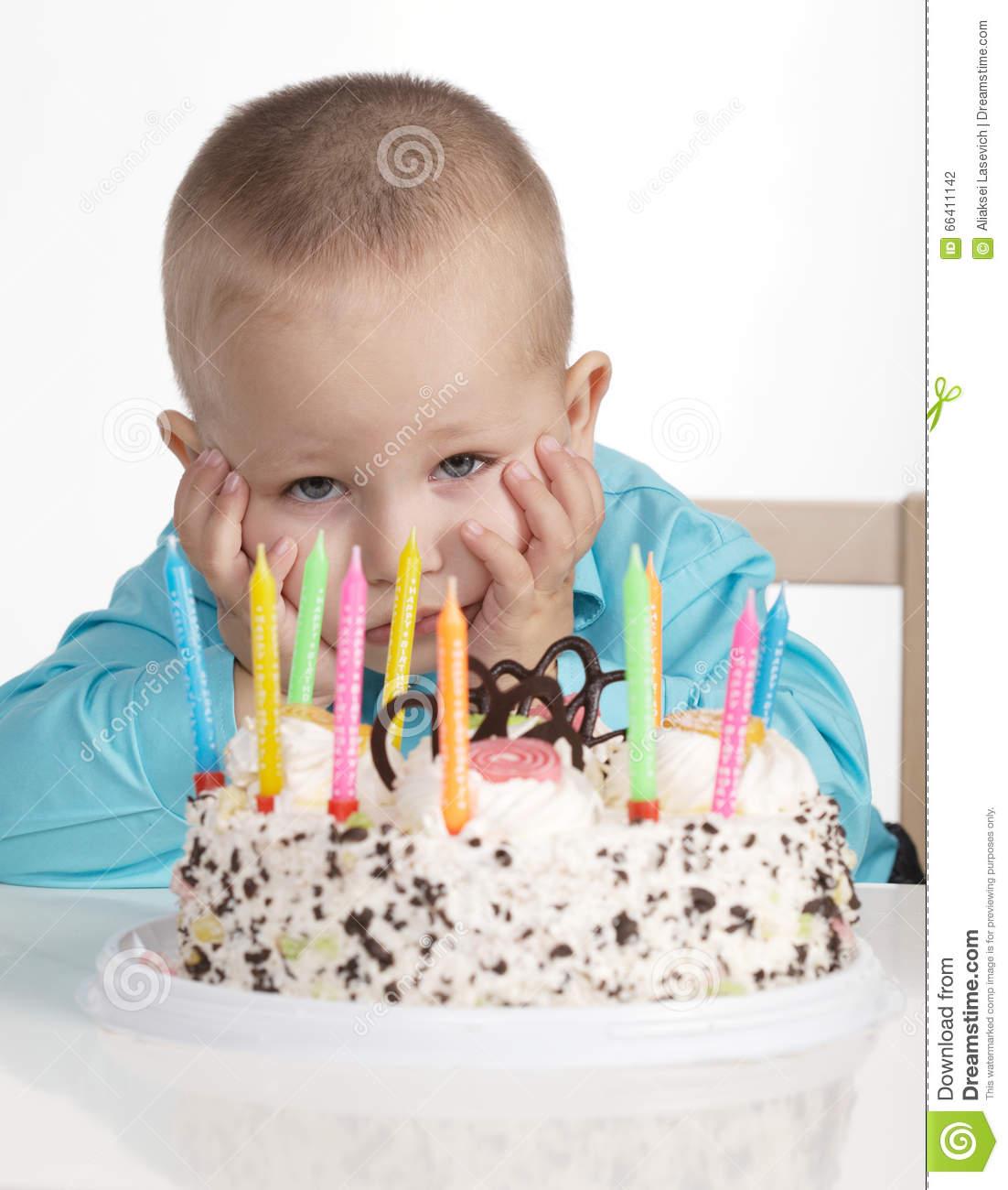 cumpleaños-aburrido-del-niño-pequeño-66411142.jpg