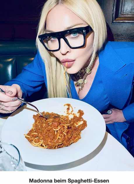 Heiße Nudel_ Popdiva Madonna posiert mit Spaghetti Bolognese   Promiflash.de.jpg